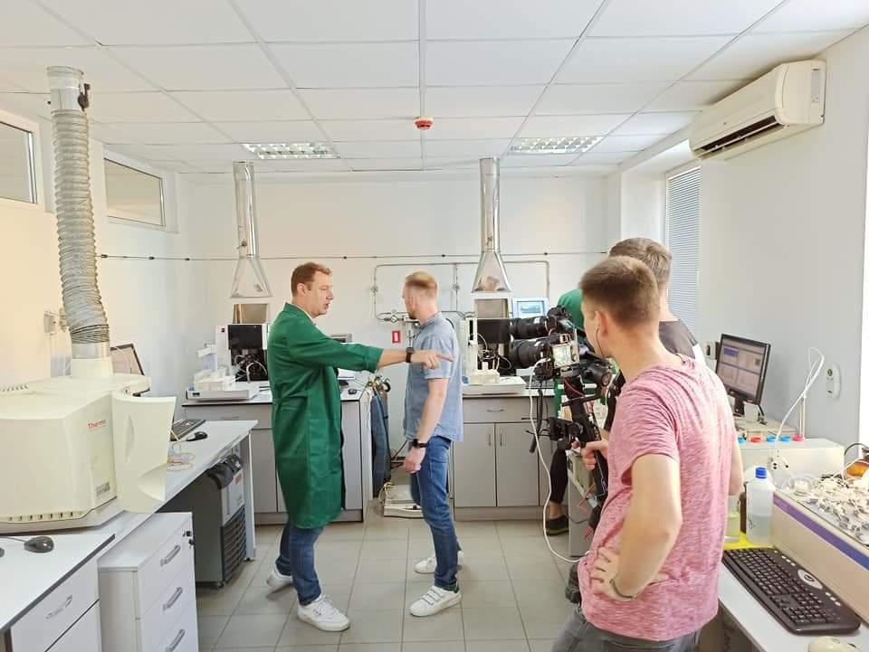 А у нас в лабораторії зйомки